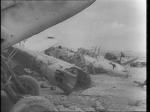 vídeos de stock, filmes e b-roll de british 2nd south african division army trucks along desert / trucks past german cemetary / british tanks advance across desert toward smoke screen... - áfrica do norte