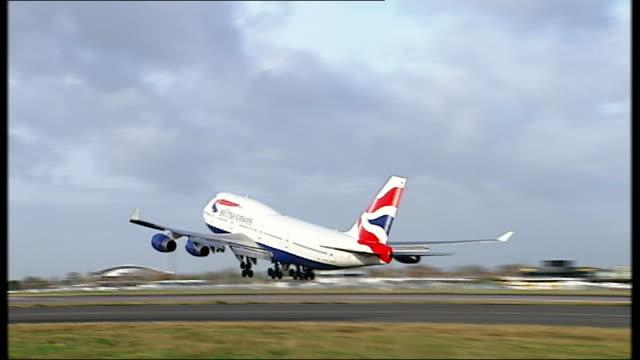 stockvideo's en b-roll-footage met british airways 747 taking off ba 747-400 taxiing on runway ba aircraft in flight - itv weekend evening news