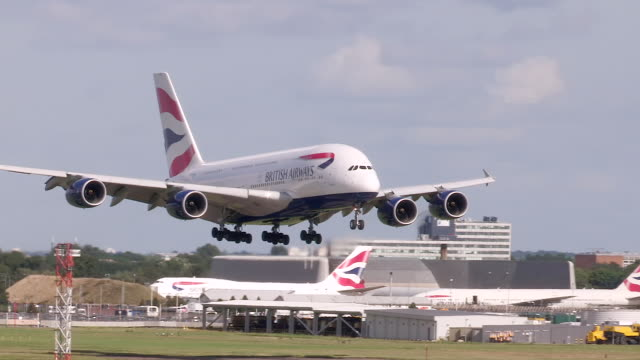 vídeos de stock, filmes e b-roll de british airways a380 aircraft lands at heathrow airport - aterrissando