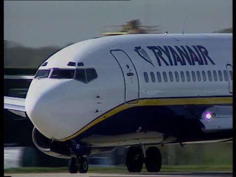 british airways cut price service lib stanstead airport ryanair plane taxiing - ライアンエアー点の映像素材/bロール