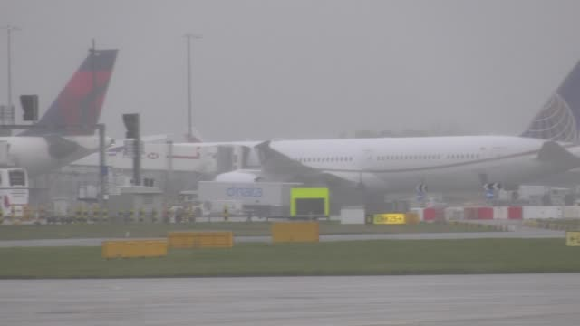 british airways' last two heathrow-based boeing 747 planes have departed from the airport on their final flight. the jumbo jets left the west london... - live broadcast stock videos & royalty-free footage