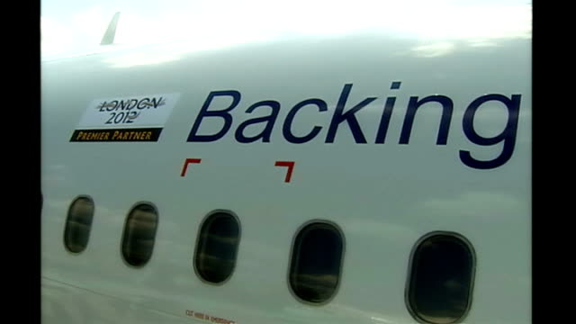 british airways plane bearing 'london 2012' slogan 'backing the bid' pan - 2012年ロンドン夏季オリンピック点の映像素材/bロール