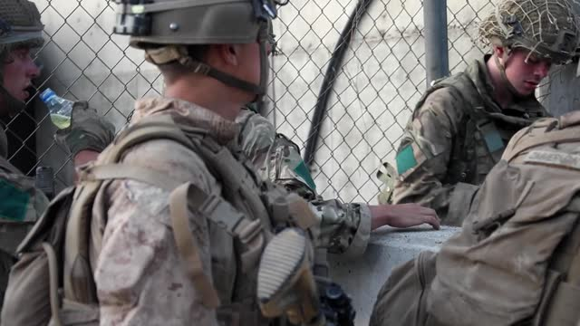 vídeos y material grabado en eventos de stock de british and american forces working together at kabul airport. collaboration between the uk and the us is vital to the security of kabul airport. our... - kabul