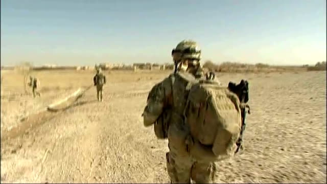 vídeos de stock, filmes e b-roll de british army cuts almost 4,500 jobs; t13121010 / tx afghanistan: central helmand province: tracking shot following british soldiers patrolling back... - organismo aquático