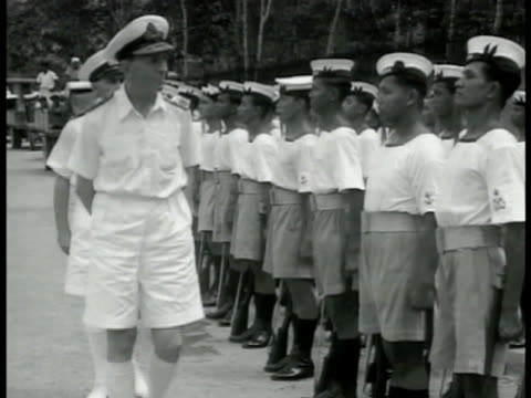 british army officer walking inspecting line of singaporean sailors standing in formation. singapore native sailor standing at attention. singapore... - pazifikinsulaner stock-videos und b-roll-filmmaterial