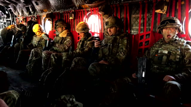 british army soldiers take part in helicopter drills using a united states army chinook ch-47 helicopter during pre-exercise integration training on... - britisches militär stock-videos und b-roll-filmmaterial
