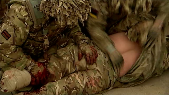 vídeos y material grabado en eventos de stock de british army soldiers train for final deployment to afghanistan; england: wiltshire: salisbury plain: copehill down training village: int various of... - víctima de accidente