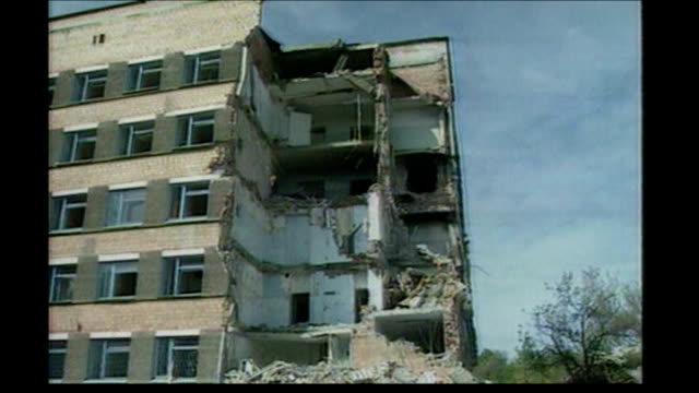 british army to use thermobarics bomb; chechnya: grozny: ext bomb-damaged buildings - grosny stock-videos und b-roll-filmmaterial