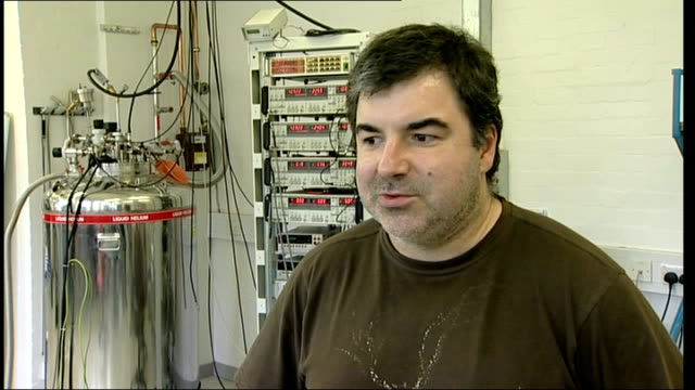 vídeos de stock, filmes e b-roll de british based scientists win nobel peace prize for physics professor konstantin novoselov interview sot nobel prize is not achievement the... - física