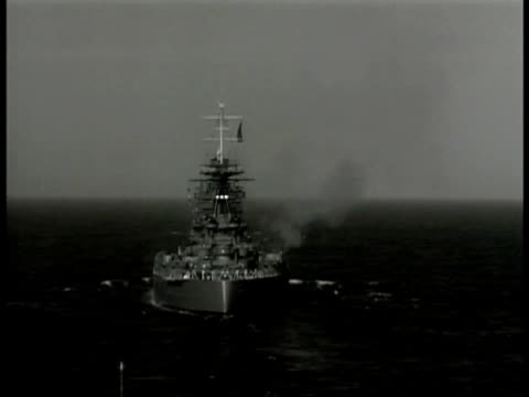 vidéos et rushes de british battleship at sea firing cannon from port side la white ensign flag w/ union flag in corner ws king george vi exiting private plane saluting... - canon artillerie lourde