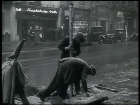 vídeos de stock e filmes b-roll de british beacon poles in city of london w/o globes - 1935