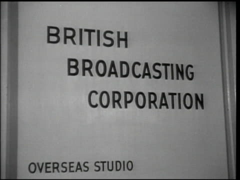 vídeos de stock e filmes b-roll de british broadcasting corporation overseas studio sign tu horizontal 'on the air' lighted sign - 1944