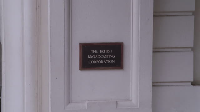 vídeos y material grabado en eventos de stock de ws british broadcasting corporation plaque mounted on wall / london, england, united kingdom - bbc