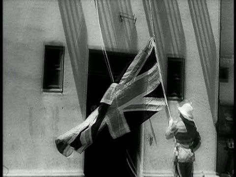vídeos de stock, filmes e b-roll de british flag lowering on city street / israel / documentary - 1948