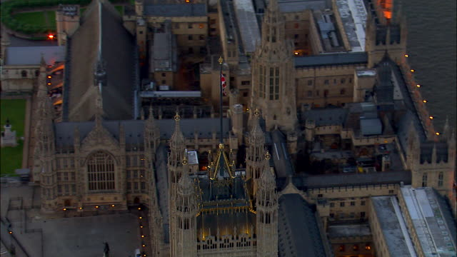 a british flag waves above victoria tower at the palace of westminster in london, england. - bandiera del regno unito video stock e b–roll