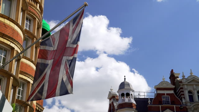 stockvideo's en b-roll-footage met britse vlag zwaaien in de wind - brexit