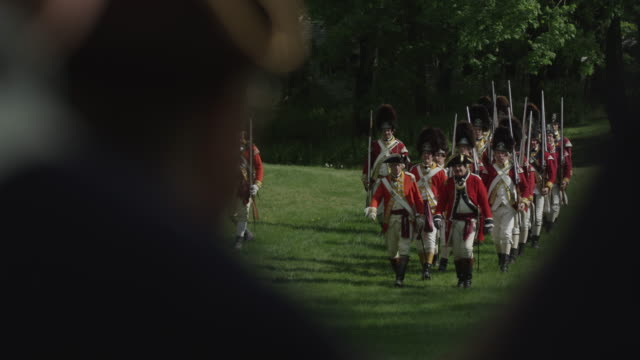 british grenadier soldiers marching in revolutionary war reenactment - kolonialstil stock-videos und b-roll-filmmaterial