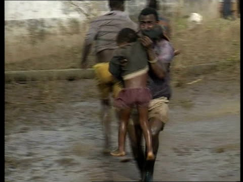 vídeos de stock e filmes b-roll de british helicopters at work itn mozambique ext air to air british puma helicopter in flight over flooded countryside int helicopter member of... - moçambique