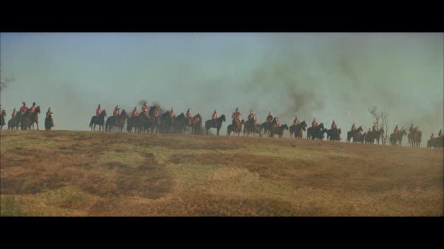 vídeos y material grabado en eventos de stock de ms british horse cavalry lining up on hill top - cavalry