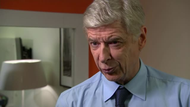 british host of french football show / wenger supports remain campaign france paris int reporter watching the show in the studio arsene wenger... - アーセン・ベンゲル点の映像素材/bロール