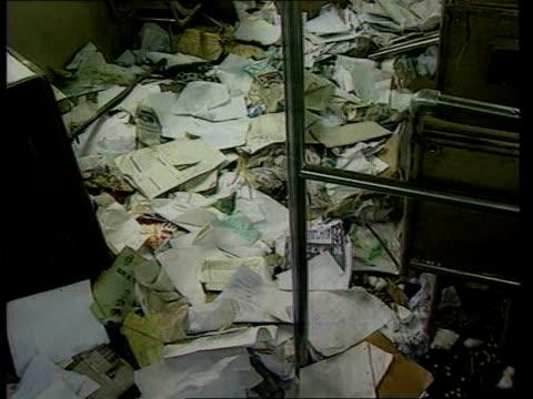 british involvement in gun sales: hutu refugess return; itn lib zaire: mugunga int/bus seq papers strewn over floor of deserted bus - フツ族点の映像素材/bロール