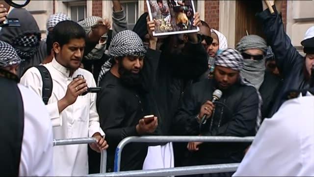 british islamic state recruit abu rumaysah skipped bail to return to syria 1192011 / r11091102 london grosvenor square ext abu rumaysah at radical... - fighter stock videos & royalty-free footage