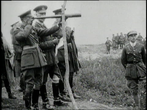 british king george v visits a world war i battlefield. - britisches militär stock-videos und b-roll-filmmaterial