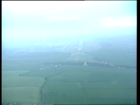 stockvideo's en b-roll-footage met british midland 737 crash: investigation:; d) england: leics: ext airv approach to e midlands airport location unknown: int cms captain harry hopkins... - pilot