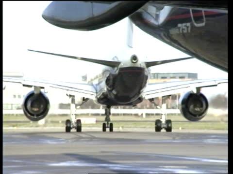 british midland 737 plane crash: boeing 757 safety checks:; c) england: london: heathrow: british airways boeing 757 plane taxiing l-r as airport... - 航空事故点の映像素材/bロール