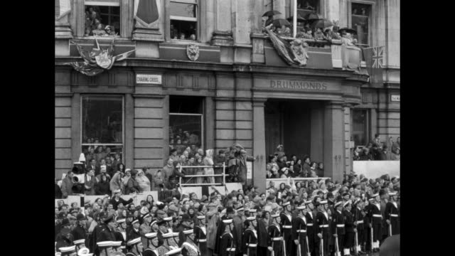 vídeos y material grabado en eventos de stock de british military marches proceed under admiralty arch followed by gurkahs and bare-chested soldiers wearing knee-length pants with irregular hems /... - bastilla