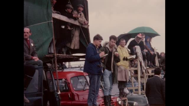 vídeos y material grabado en eventos de stock de british motor sport fans watching the international trophy meeting at silverstone circuit in northamptonshire, england in 2nd may 1964. - northamptonshire
