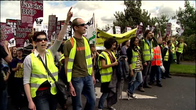 british national party annual festival disrupted by demonstrators; england: derbyshire: codnor: ext gvs of anti-fascist demonstrators with banners... - ダービーシャー点の映像素材/bロール