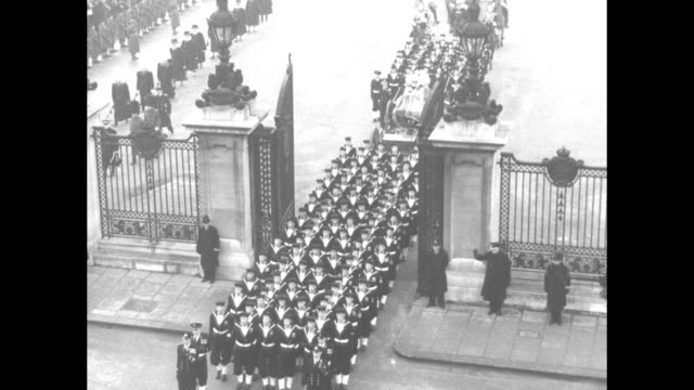 british navy sailors haul king george vi's coffin on gun carriage followed by queen elizabeth ii's carriage in funeral procession / sailors and... - 1952 bildbanksvideor och videomaterial från bakom kulisserna