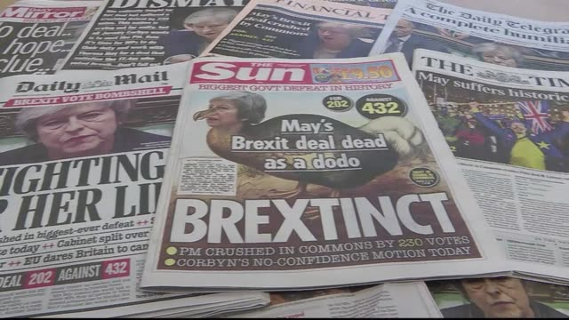 vídeos de stock, filmes e b-roll de british newspapers headline on prime minister theresa may's historic loss in the house of commons on her brexit deal - primeira página de jornal