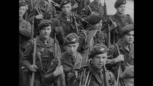 british paratroopers marching three abreast on street / ms marching paratroopers / british soldiers standing in formation on dock / soldiers carrying... - 1951 bildbanksvideor och videomaterial från bakom kulisserna