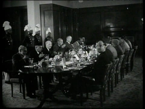vidéos et rushes de british prime minister clement attlee and pakistani prime minister khawaja nazimuddin lunch with other officials pakistan jan 53 - coiffe traditionnelle