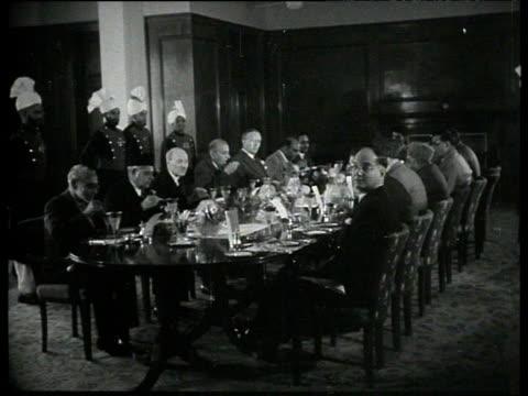 vídeos y material grabado en eventos de stock de british prime minister clement attlee and pakistani prime minister khawaja nazimuddin lunch with other officials pakistan jan 53 - primer ministro británico