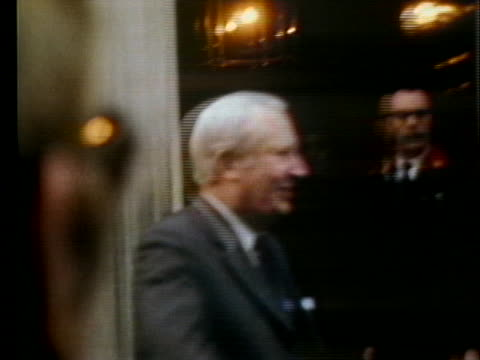 british prime minister edward heath steps out of ten downing street and waves to a crowd. - エドワード ヒース点の映像素材/bロール