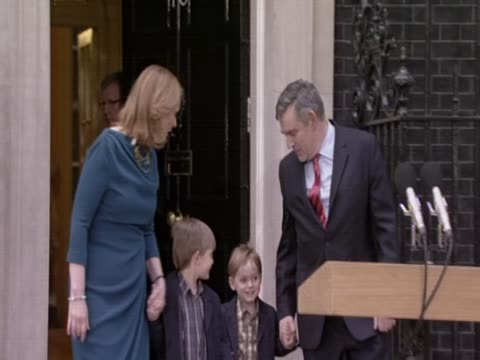 british prime minister gordon brown leaves 10 downing street with his familly after resigning as leader of the labour party uk 11 may - ゴードン ブラウン点の映像素材/bロール