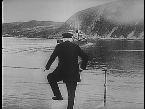 vidéos et rushes de british prime minister winston churchill and president franklin d roosevelt meet at sea off the coast of the united states / water splashing over the... - passer le bras autour