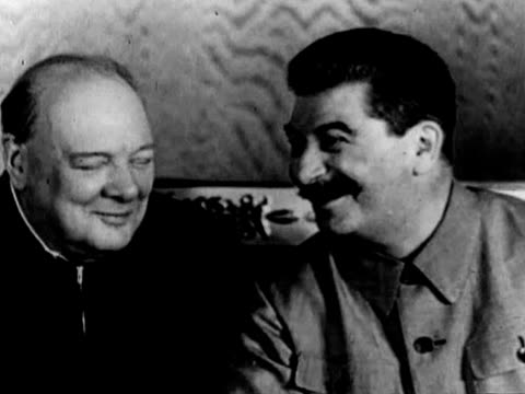 vidéos et rushes de british prime minister winston churchill arriving to moscow and meeting with joseph stalin and us represetative w averel harriman during moscow... - armée rouge