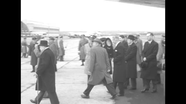 ls british prime minister winston churchill shakes hands with us president harry s truman at bottom of stairs of usaf independence the president's... - aeroporto nazionale di washington ronald reagan video stock e b–roll