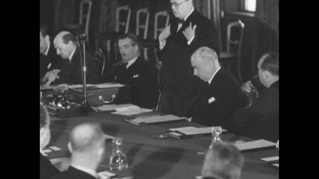 vídeos de stock e filmes b-roll de british prime minister winston churchill speaks at conference of commonwealth and allied foreign ministers; anthony eden and clement attlee sit at... - nazismo