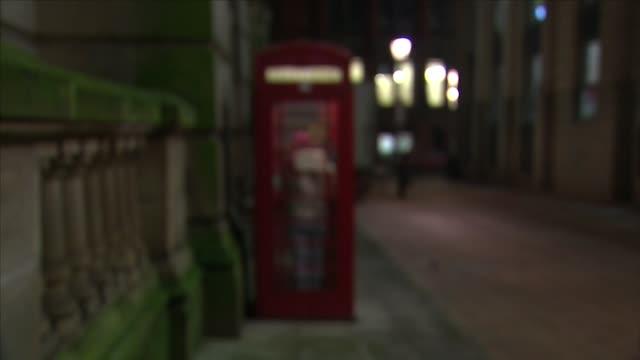stockvideo's en b-roll-footage met british red phone box - telefooncel