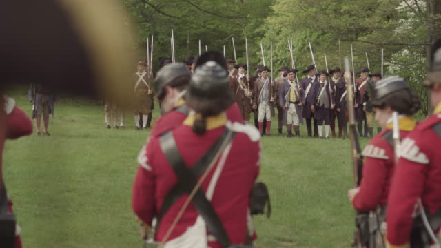 stockvideo's en b-roll-footage met british revolutionary soldiers attaching bayonets to muskets - army