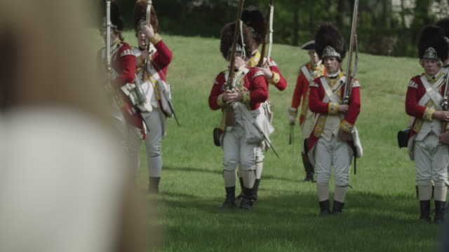 vídeos y material grabado en eventos de stock de british revolutionary war soldiers standing in a line aim their muskets. - abrigo