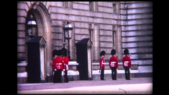 1966 british royal guards at buckingham palace - 近衛兵点の映像素材/bロール