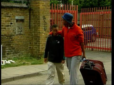 vidéos et rushes de british schoolgirl falls to her death; lib england: lambeth: bunmi's classmates arriving home relatives and friends comforting each other tx... - lambeth