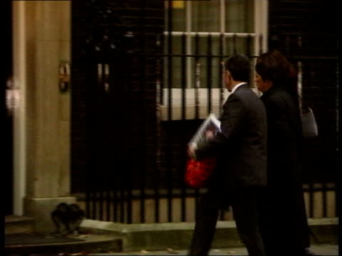 vídeos de stock, filmes e b-roll de widow blames tony blair november 2004 england london downing street relatives of soldiers killed in iraq carrying wreath along as laying it on steps... - widow