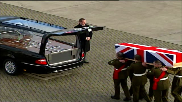 oxfordshire raf brize norton ext soldiers carrying coffin draped in union jack from plane to hearse - oxfordshire stock videos & royalty-free footage